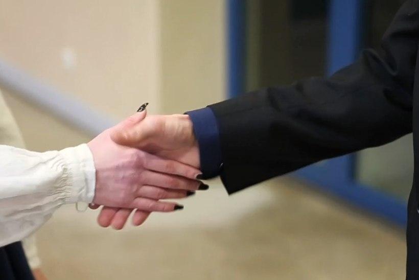 VIDEO | ÕHTULEHE KATSE | VAENE PRESIDENDIKÄEKE: kuidas võib riigipea end tunda pärast kätlemisrallit?
