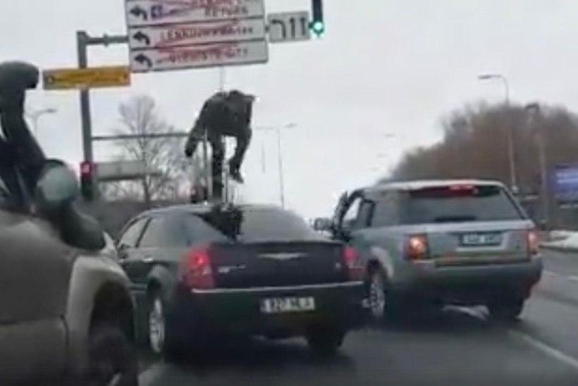 VÕIMALIK VAID TALLINNA LIIKLUSES? Mees hüppas kaasliikleja auto katusel ringi nagu King Kong