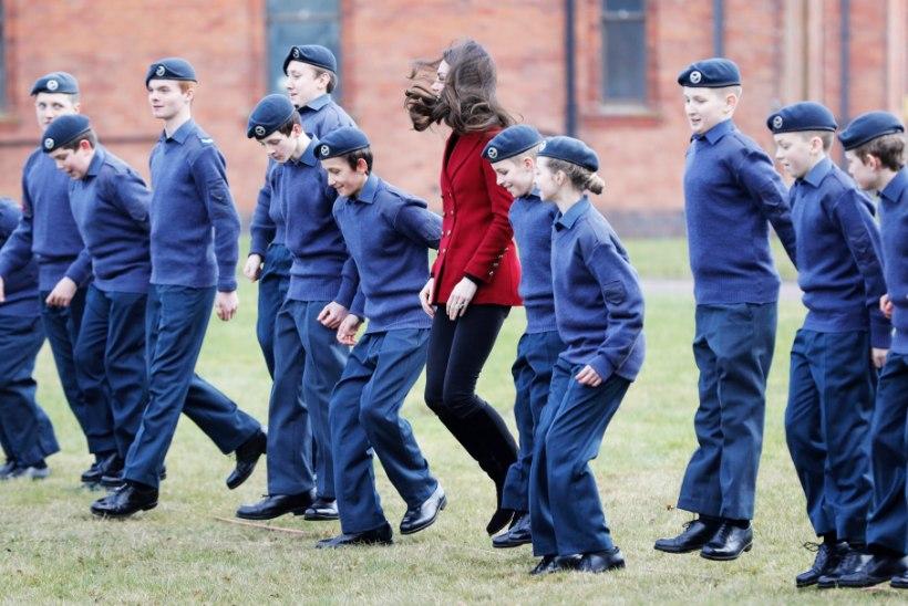 FOTOD | Hertsoginna Catherine osales õhuväe kadettide treeningul