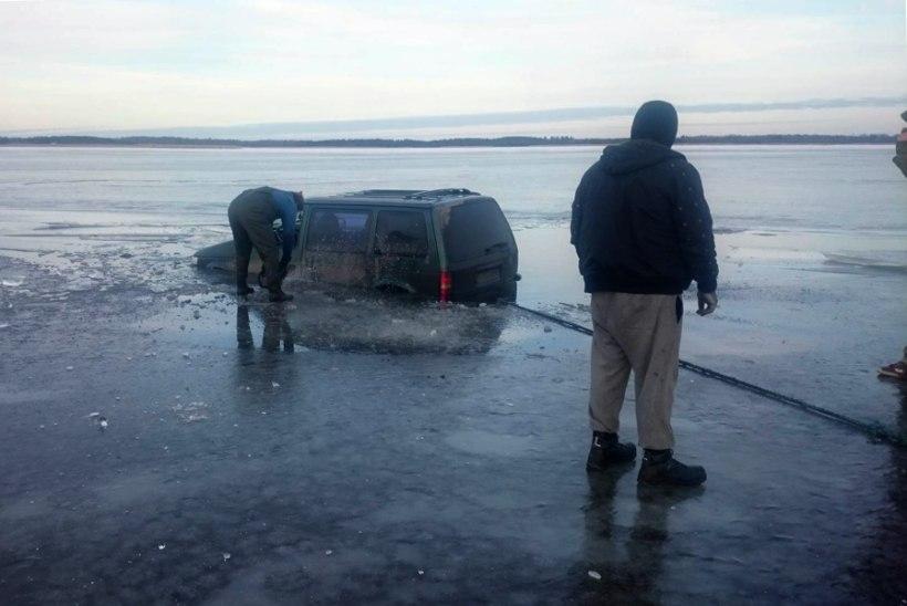 FOTOD | Päästeti Saunja lahel läbi jää vajunud Chrysler