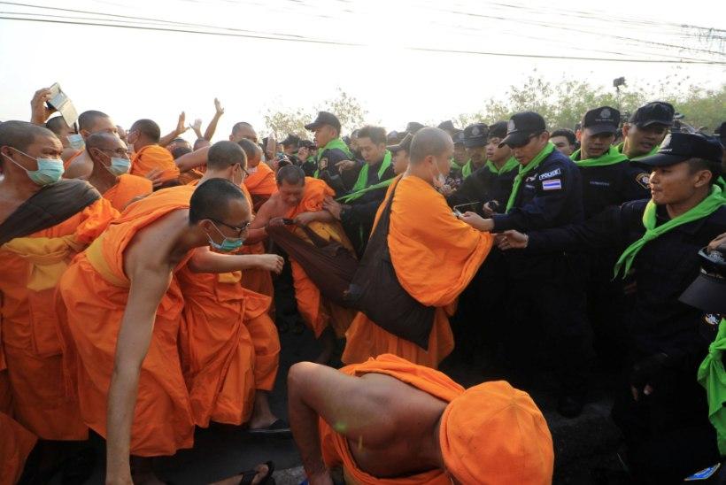 Tais Dhammakaya templis tekkis rüselus munkade ja politseinike vahel