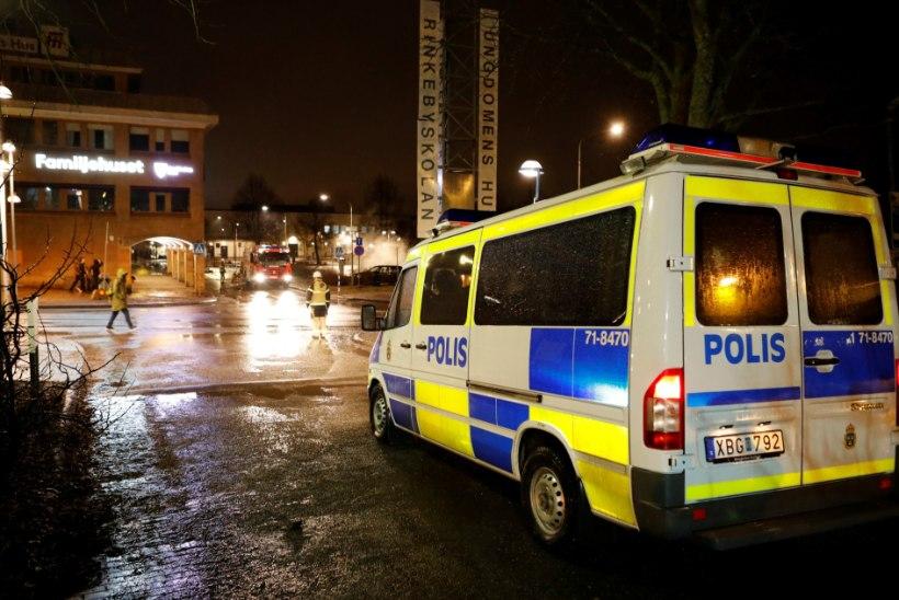 Märatsejad süütasid Stockholmis autosid ja rüüstasid kauplusi