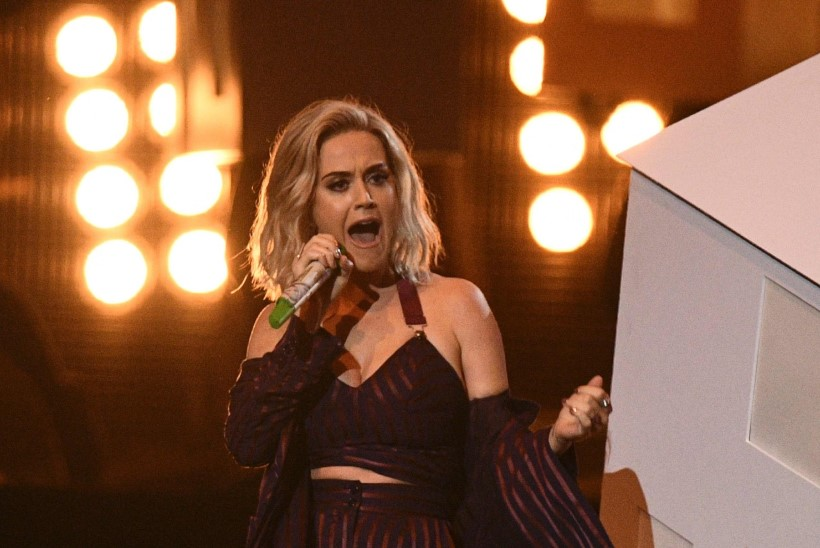 VIDEO | Katy Perry taustatantsija prantsatas lavalt maha