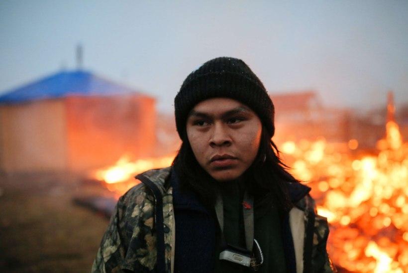Standing Rocki protestijad lahkusid leekide ja laulu saatel