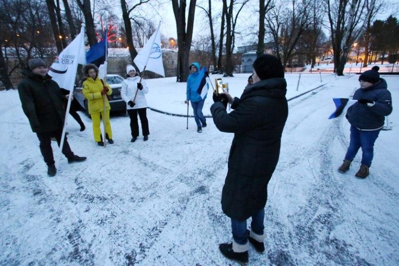FOTOD ja VIDEO | Ratastoolirahvas käis Toompeal eeskuju näitamas