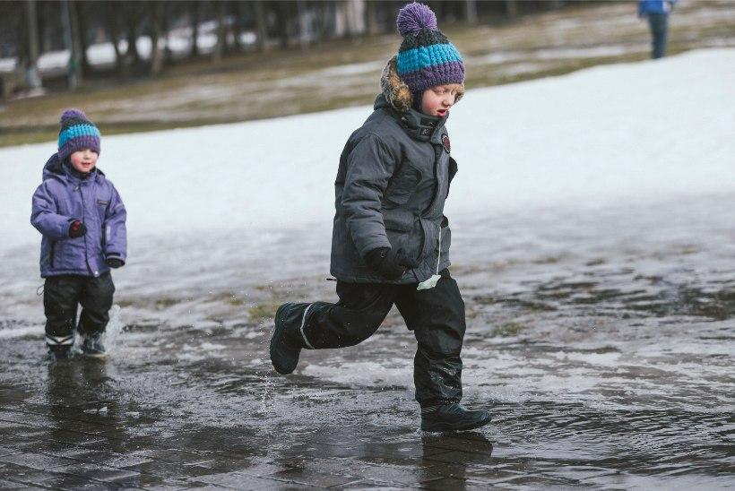 VASTLAPÄEV LÄKS NIHU: Lauluväljakul haigutab tühjus, lapsed hüppavad sulavees