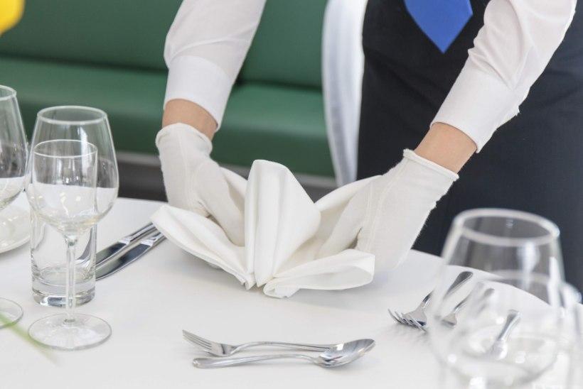 Restoranitöötaja pihib: tööl ollakse lepinguta ja palka saadakse ümbrikus