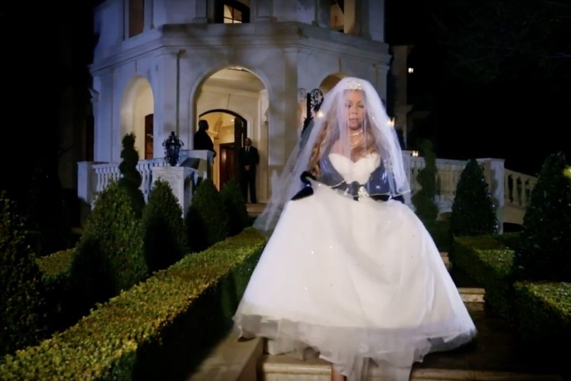 VAATA VIDEOT! Mariah Carey põletab 250 000 dollarit maksva pruutkleidi