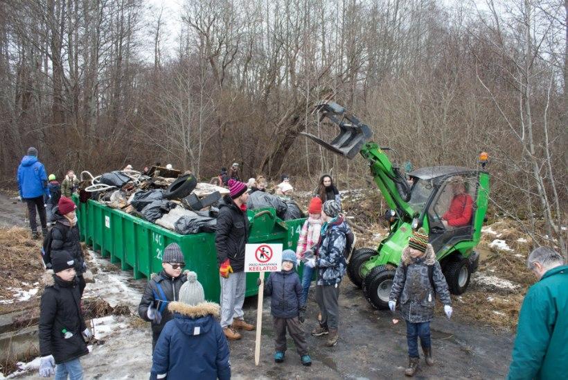 GALERII   Astangul koristasid vabatahtlikud prügi täis metsaaluseid