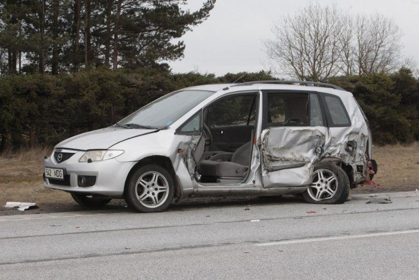 GALERII | Kostiveres sõitis veoauto tee ääres seisnud autole otsa