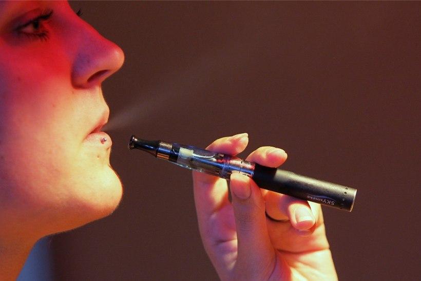 Riigikogule anti üle ligi 5000 allkirja peatamaks e-sigarettide võrdsustamine suitsudega