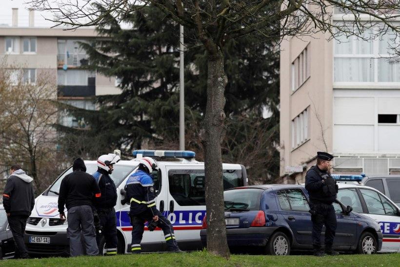 FOTOD ja VIDEOD   Pariisi lennujaamas lasti maha mees, kes üritas sõdurilt relva haarata
