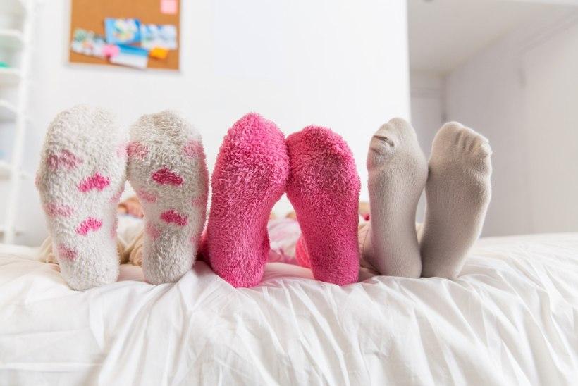 Loe, kellele toob öine sokkide kandmine parema une