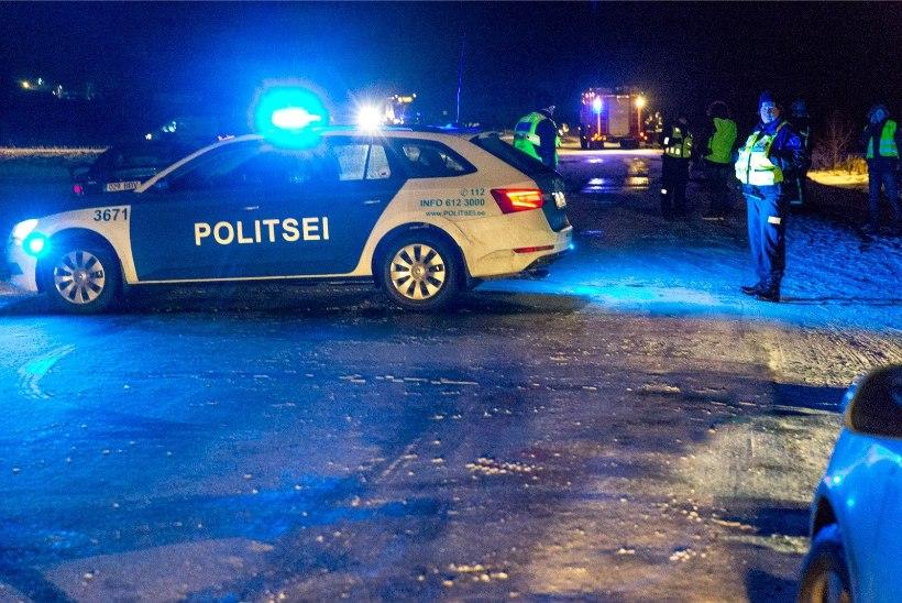 Politseiauto sõitis otsa valgustamata traktorile, mille poritiival istus mees