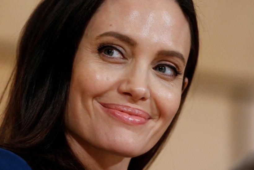 NIBUSKANDAAL: Jolie kohtus peapiiskopiga, üll läbipaistev pluus