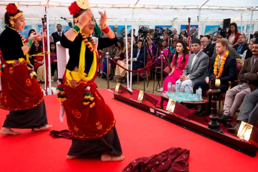 FOTOD | Prints Harry värvikirev külaskäik Nepali saatkonda