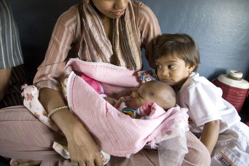 Indias tegutseb lahke südamega arst, kes aitab tüdruklapsi ilmale tuua tasu võtmata