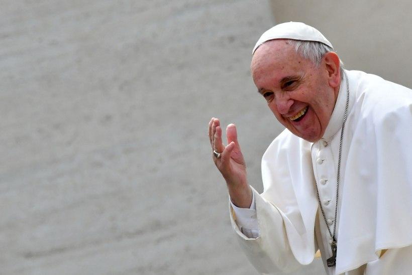 VIDEO | 3aastane tüdruk näppas paavstilt peakatte