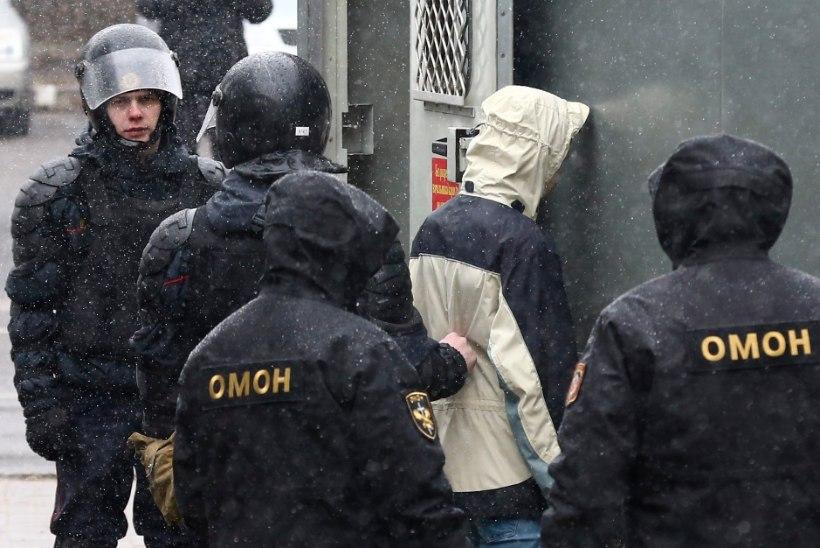 GALERII | MÄSS VALGEVENES: Sajad meeleavaldajad on vahistatud