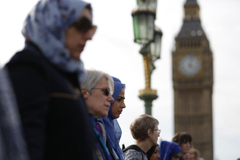 Naised mälestasid Westminsteri sillal terrorirünnakus hukkunuid
