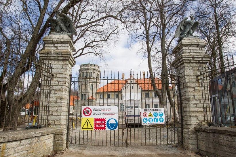 GALERII | Lae all turnivate restauraatorite töö ei ole kergete killast - Maarjamäel taastatakse Evald Okase pannood