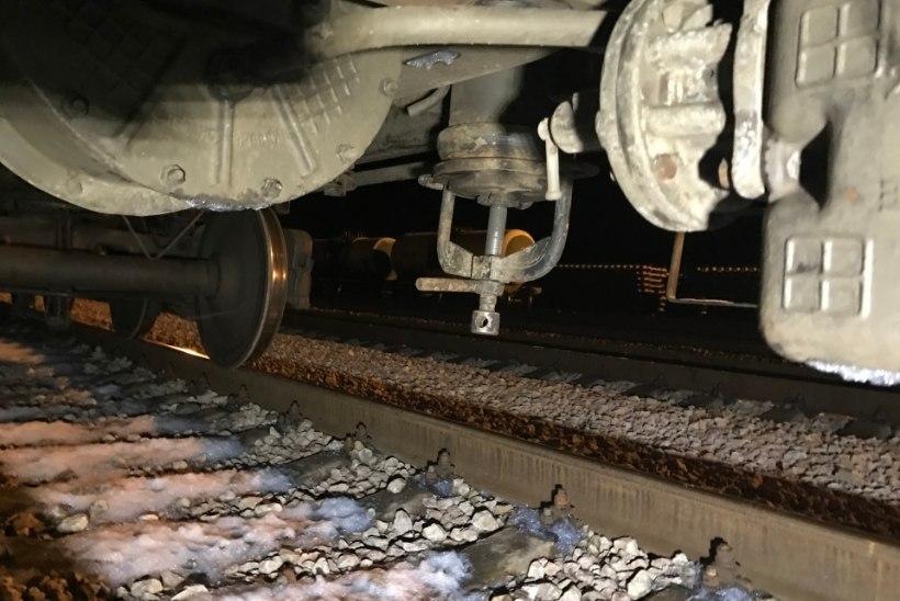 Ohtlikku kemikaali lekkinud rong seisab endiselt Tapal, kontrollitakse kõiki vaguneid