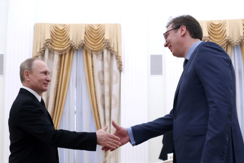 Vladimir Putin kingib Serbiale sõjalennukeid, tanke ja soomukeid