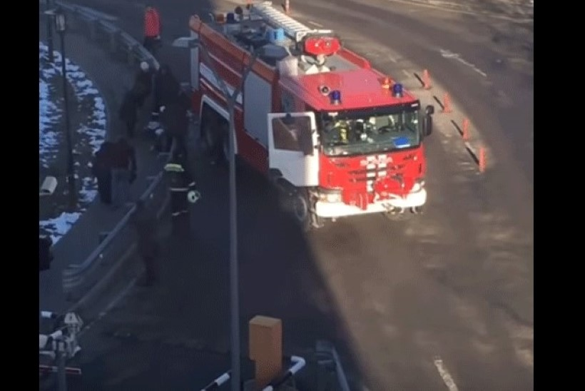VIDEO | Moskvas Domodedvo lennujaamas tagurdas inimestele otsa tuletõrjeauto