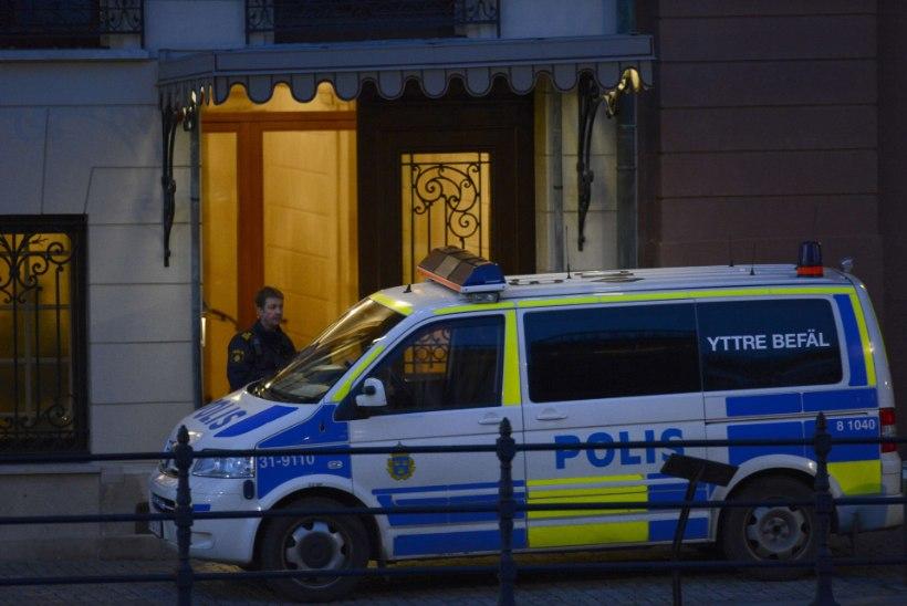 Stockholmis sõitis auto vastu raekoda ning süttis, üks inimene hukkus