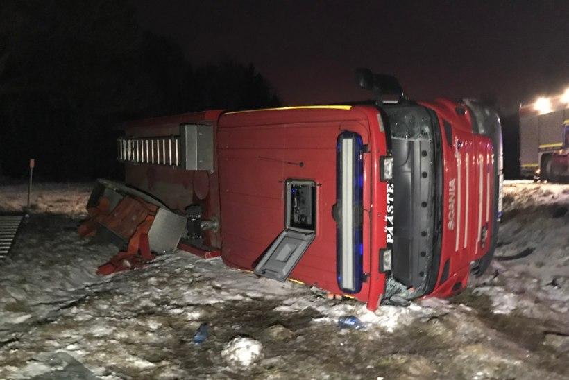 GALERII | Päästeauto paiskus teel õnnetusele külili