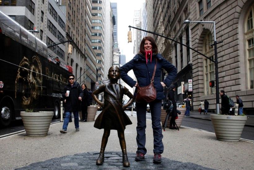 """""""Kartmatu tüdruku"""" kuju seisab Wall Streeti härja ees"""