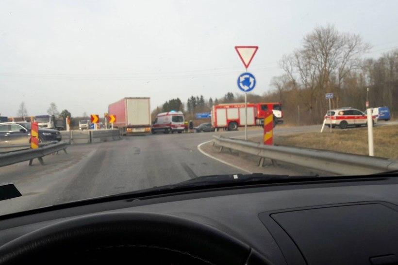 FOTO | Tallinna ringteel Jüris sai veoki ja sõiduauto kokkupõrkes naine viga