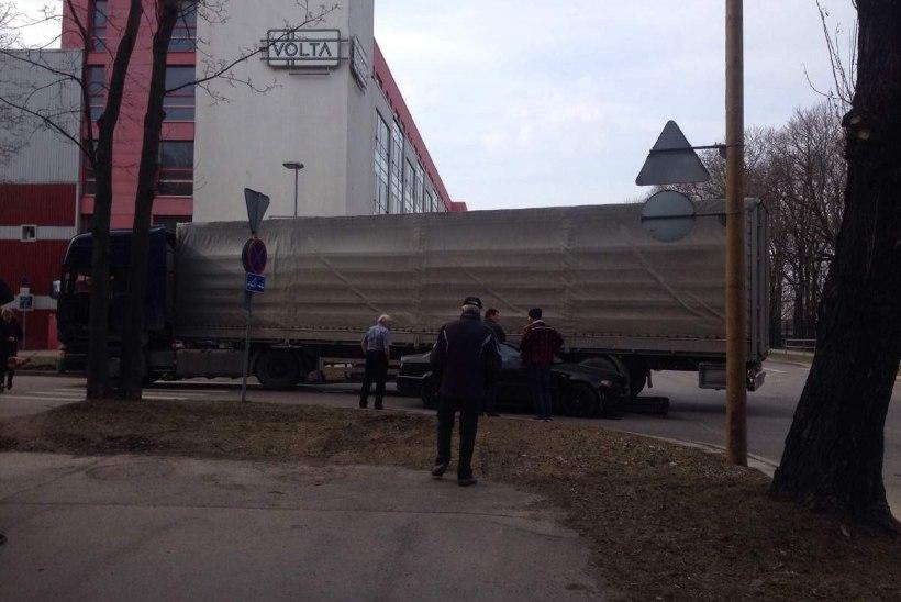 Tallinnas Volta ja Tööstuse nurgal põrkas sõiduauto kokku veoautoga