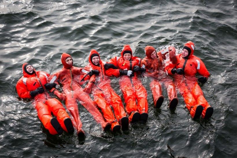 GALERII  Mereväelased veetsid ööpäeva päästeparves