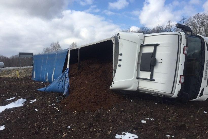 FOTOD | Järvamaal hukkus veo- ja sõiduauto kokkupõrkes inimene