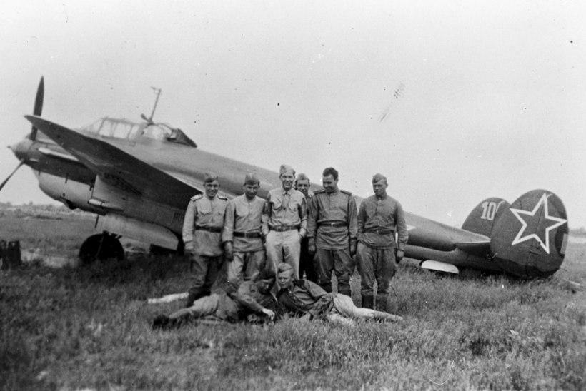 FOTOD | Pikeeriva pommitaja saatus: Narva all hukkunud noored lendurid said lõpuks koju