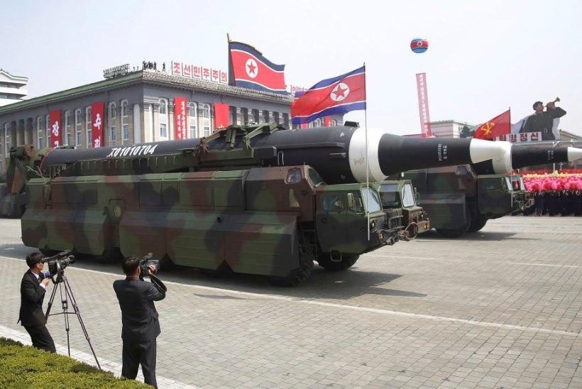 PINGE KASVAB: Põhja-Korea demonstreeris sõjaväeparaadil uut mandritevahelist raketti