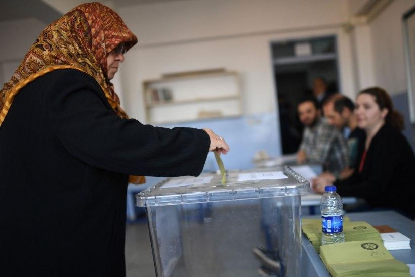 Türklased hääletavad, kas laiendada Erdoğani võimupiire või mitte