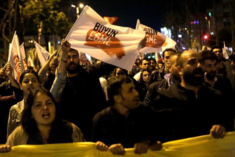 FOTOD   Rahvas tuli tänavatele, Erdogani vastasleer vaidlustab referendumi tulemused