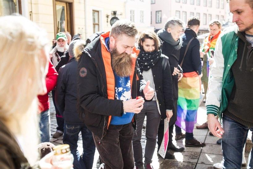 GALERII | Vene saatkonna ees avaldati Tšetšeenia LGBT kogukonnale toetust