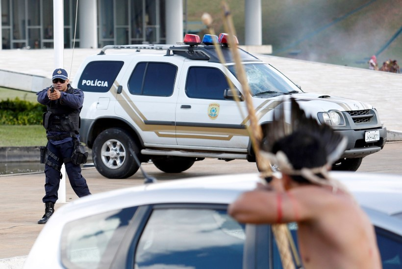 GALERII | Noole ja vibuga politsei vastu: Brasiilia põliselanike meeleavaldus kodude kaitseks