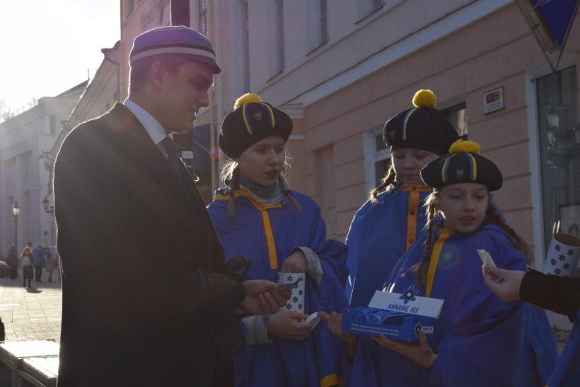 GALERII | Tartu Raekoja platsile moodustus täna inimsinilill