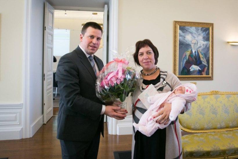 Minister Mailis Reps käis valitsusistungil koos mõnepäevase beebiga