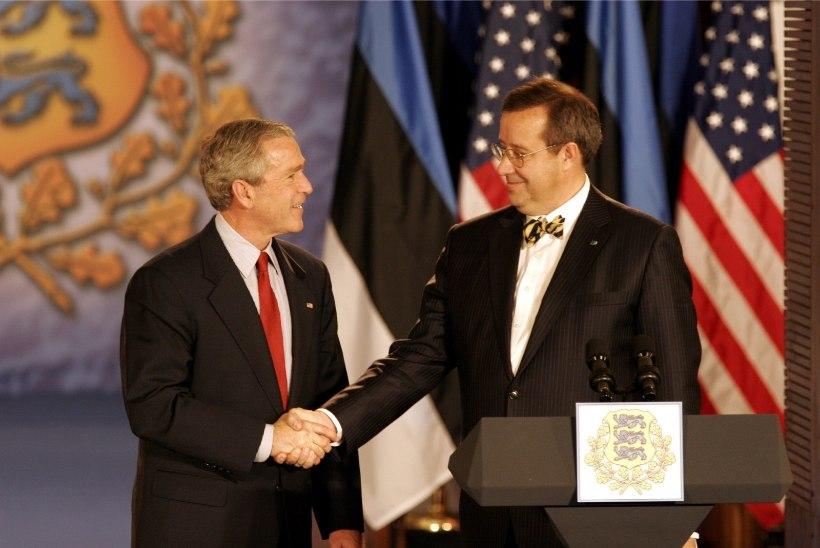 Ilves andis George W. Bushile kätte Eesti kõrgeima teenetemärgi