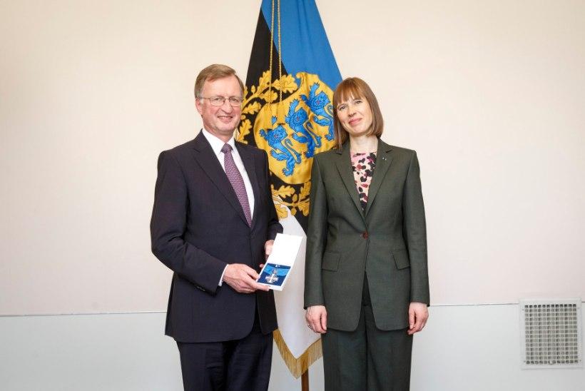 President Kaljulaid andis NATO abipeasekretär Heinrich Braussile üle riikliku teenetemärgi