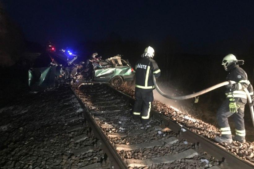 FOTOD | Lääne-Virumaal hukkus auto ja reisirongi kokkupõrkes mees