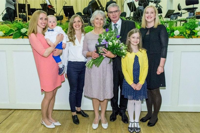 GALERII   Emadepäeva tähistati kontserdiga ja kuulutati välja aasta ema