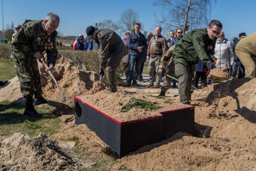 Ei mahtunud hauda: sõjaohvrite säilmed jäeti ümbermatmisel maapinnale