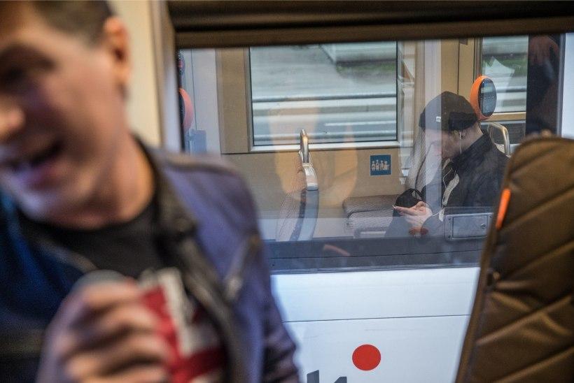 GALERII | Ikevald Rannap esitles trammis oma ballaadi