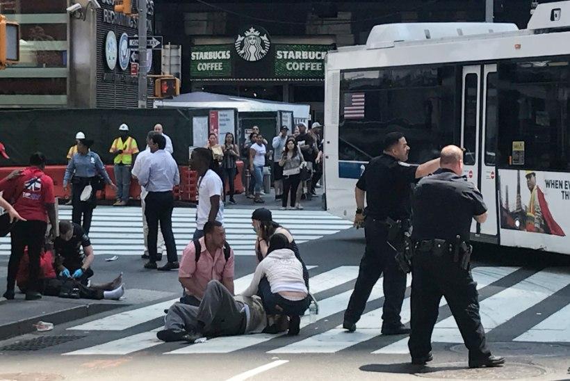 New Yorgi Times Square'il sõitis auto rahva hulka